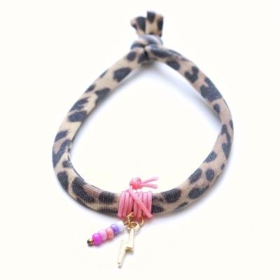 Luipaard elastiek armbandje met roze details en gouden bedels