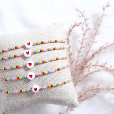 Multicolour armbandje met hartje kraal