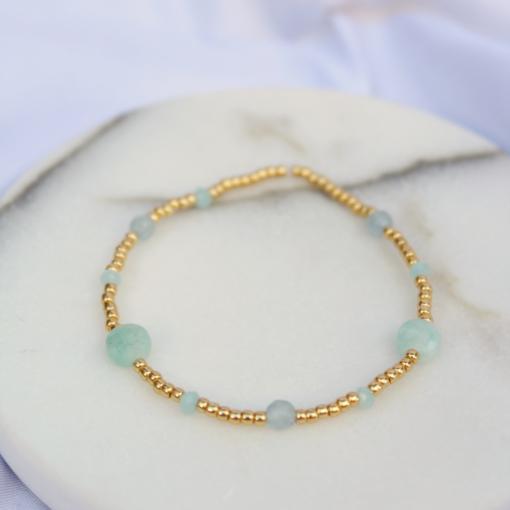 Gouden armbandje met groenige kraaltjes en steentjes