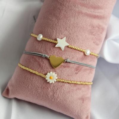 Setje van drie armbandjes met madelief