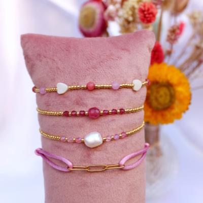 Setje van vier roze armbandjes